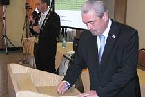 Koaliční partneři se rozcházejí. Hnutí ANO zastoupené Čestmírem Bruštíkem (vpravo) vypovědělo koaliční smlouvu.
