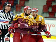 Hokejisté Energie (v bílém) po dvou třetinách vedli nad Jihlavou 3:0.