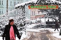 VÁNOČNÍ TRHY v Karlových Varech byly nakonec nejdéle trvající akcí tohoto druhu v Karlovarském kraji. Ještě ve středu na ně upozorňovala vstupní brána na cestě k hotelu Thermal.