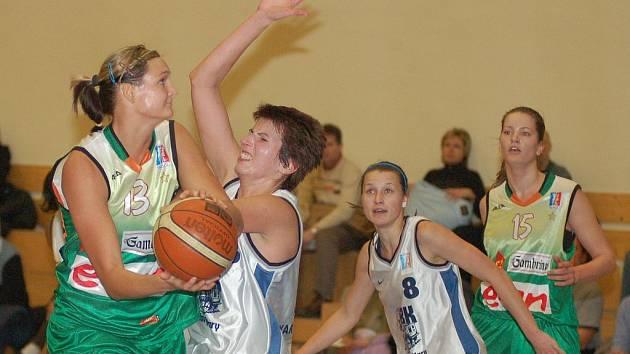 191 CENTIMETRŮ měří nejvyšší basketbalistka karlovarské Lokomotivy Petra Vodrážková (v bílém vlevo). Proti výškové převaze v duelu s Gambrinusem to pak vypadalo jako při souboji Davida s Goliášem.