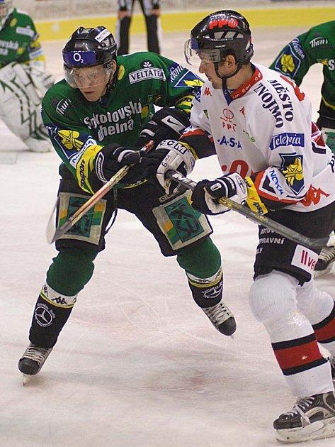 ALEŠ PADĚLEK (vpravo) oblékal přes měsíc dres karlovarské Energie. V nedělním utkání mohl dát první branku zápasu, ale trestné střílení neproměnil.