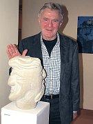 Hlavní organizátor programu na zámku v Thurnau, bavorský sochař Albrecht Volk s jedním ze svých děl.