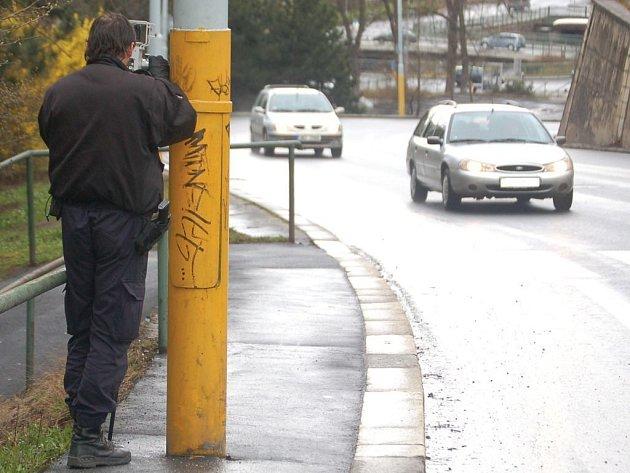 Strážník karlovarské městské policie měří pomocí radaru rychlost vozidel. Ilustrační foto.