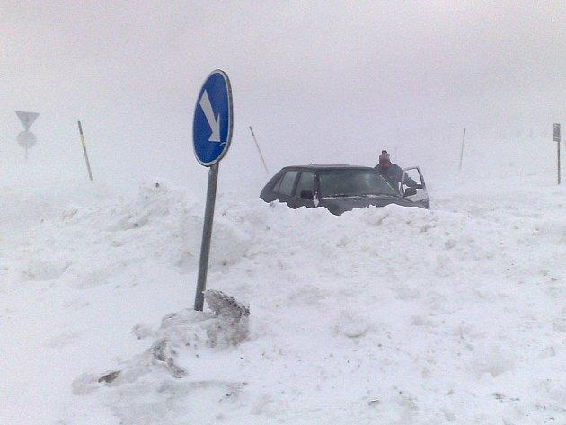 Silné sněžení a vítr, které trápily obce v Krušných horách se během čtvrtka zmírnily, ale motoristé by stále měli být opatrní.