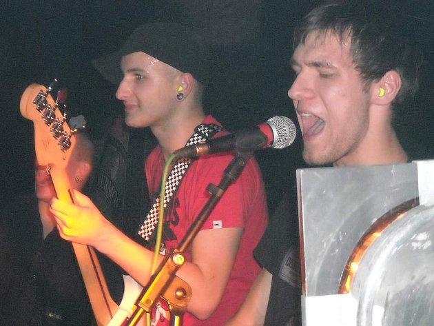 Vítězem letošního ročníku hitparády Karlovarské rockové mapy, která podporuje amatérské kapely, se v sobotu stala v domácím prostředí skupina Friday.