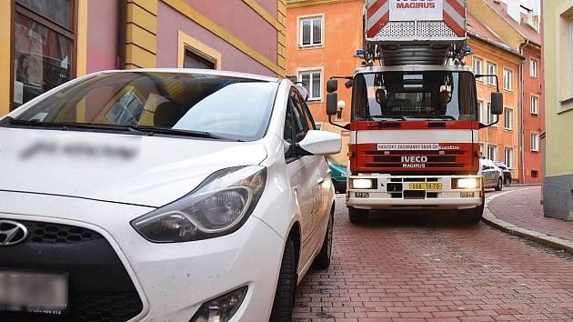 Nejednou hasiči v centru Chebu a na sídlištích problém s průjezdem kolem zaparkovaných aut.