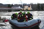Na řece Ohři se převrátil raft s vodáky, jeden je pohřešovaný.