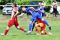 Karlovarská Slavia se loučila s domácím prostředím ve Fortuna ČFL porážkou 3:4 s Velvary (v modrém).