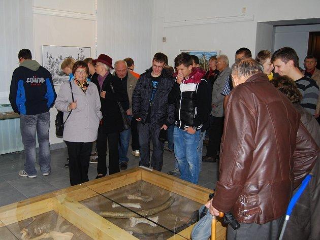 Vernisáž výstavy Umění lovu v expozici karlovarského muzea.
