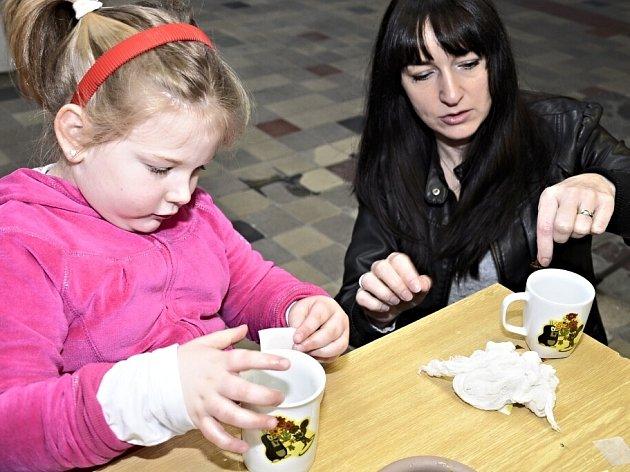 Porcelánová školička v novorolské porcelánce.