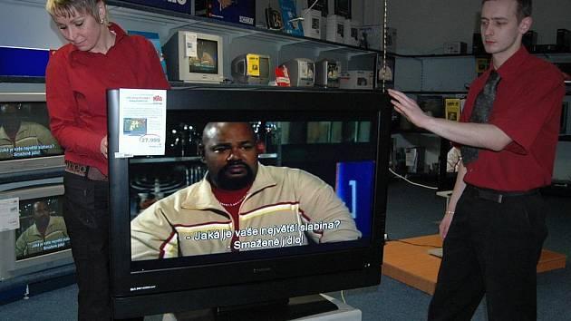 Nevíte si rady? Pokud nevíte, jaká televize přijímá digitální vysílání a co potřebujete pro to, abyste mohli sledovat televizní kanály v digitální podobě, obraťte se na samotné prodejce. (Ilustrační foto.)