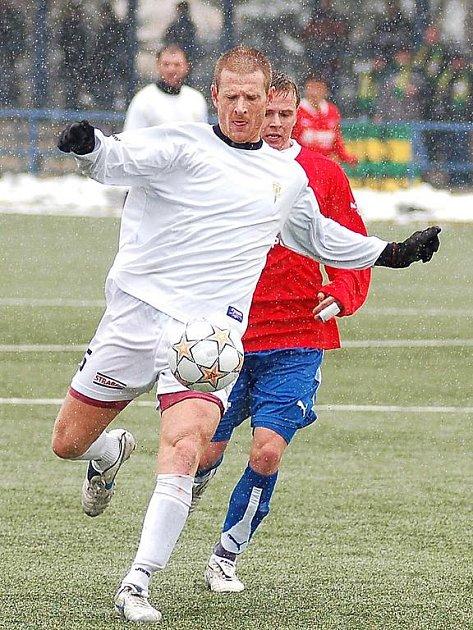 PROTI SVÝM nastoupil v derby s Plzní exviktorián, obránce Buldoků Michal Kubice (v bílém).