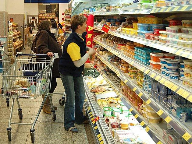 POČTY. Lidé v obchodech při nákupu potravin hodně počítají. Zvýšení cen je citelné, projevuje se například menšími nákupy a tím, že jdou na odbyt levnější potraviny.