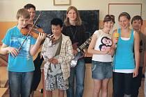 Na gymnáziu nechyběla ani hudba a zpěv, kdy žáci hráli a zpívali ve stylu soutěže Superstar.
