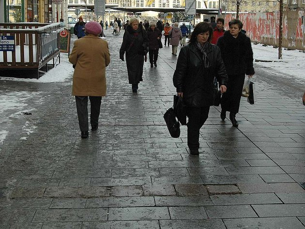 Hlavně starší lidé by při chůzi po Zeyerově ulici měli dát pozor na rozviklanou dlažbu.