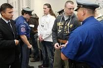 Gang Zádamských u soudu. V bílé košili Petr Zádamský, po jeho levici Alan Treml.