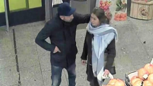 Tento muž a žena okradli seniorku.
