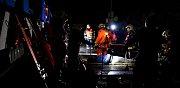 Noční cvičení záchranných složek u vykolejeného vlaku v nepřístupném terénu