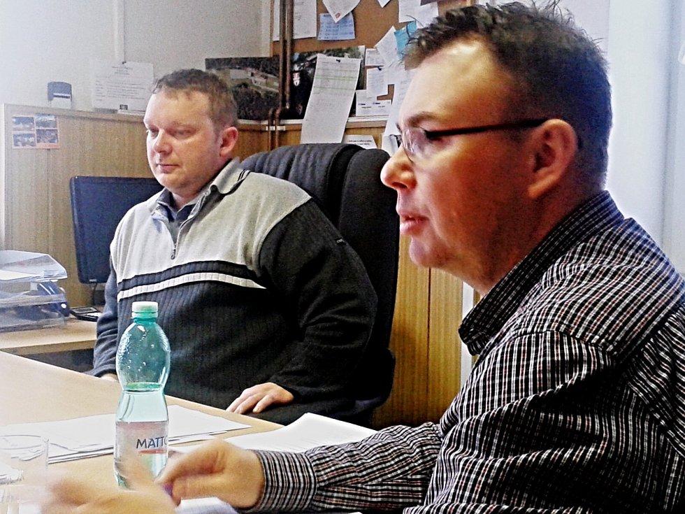 OD POLICIE na radnici. Starosta Vlastimil Ondra a místostarosta Roman Jeníček (zprava)  mají zákony v malíčku.