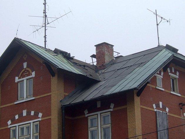 Chata v Jelení, den druhý. Zlodějům se napodruhé podařilo ze střechy sundat 15 metrů čtverečních měděné krytiny. Odnést ji ale nestihli.