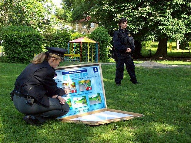 Ostrovské policistky Dana Krylová a Veronika Vokatá navštívily děti z Mateřské školy v Krušnohorské ulici.