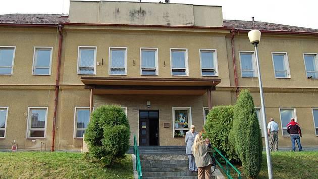 Základní škola v Bečově nad Teplou.