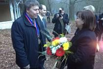 Starosta Kyselky Aleš Labík předává kytici první dámě Ivaně Zemanové