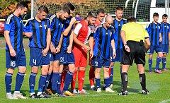 Fotbalisté karlovarské Slavie uhráli s vedoucími Zápy (v pruhovaném) bezbrankovou remízu. V následném penaltovém rozstřelu se jim však nedařilo a prohráli v poměru 6:7.