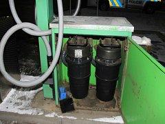 Vyloupené automaty u vysavačů na benzinových pumpách.