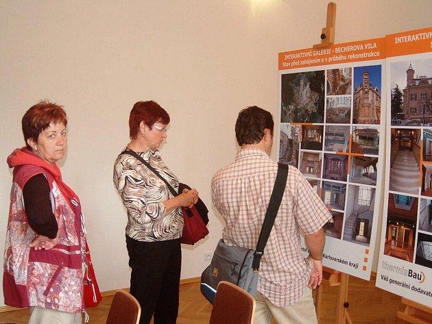 MĚLI ZÁJEM. Veřejnost si možnost prohlídky Becherovy vily nenechala ujít. Lidé se hodně zajímali například o průběh rekonstrukce.