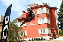 Přeskakovat rampy, sjíždět schody či přelétnout přes auto. I takové byly překážky v prvním ročníku karlovarského downhillu, na který si našlo cestu přes padesát jezdců, a to nejen z Karlovarského kraje.