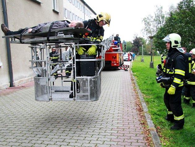 Fiktivní požár ve škole a farní charitě. To byl scénář testu, při kterém si hasiči vyzkoušeli evakuaci studentů