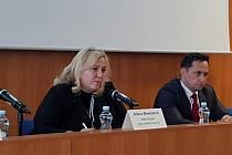 Ministryně pro místní rozvoj Klára Dostálová vysvětlovala v Karlových Varech nový stavební zákon.