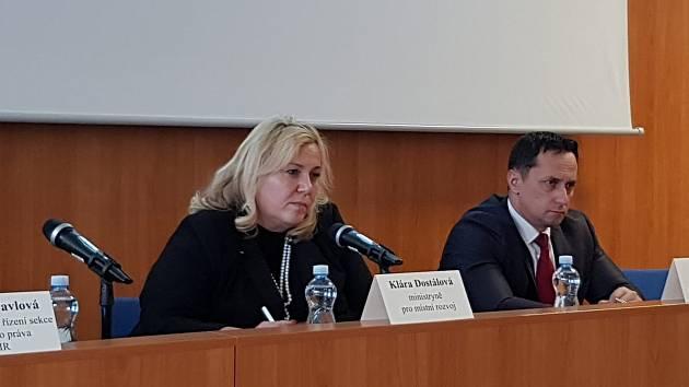 Ministryně pro místní rozvoj Klára Dostálová vysvětluje nový stavební zákon.