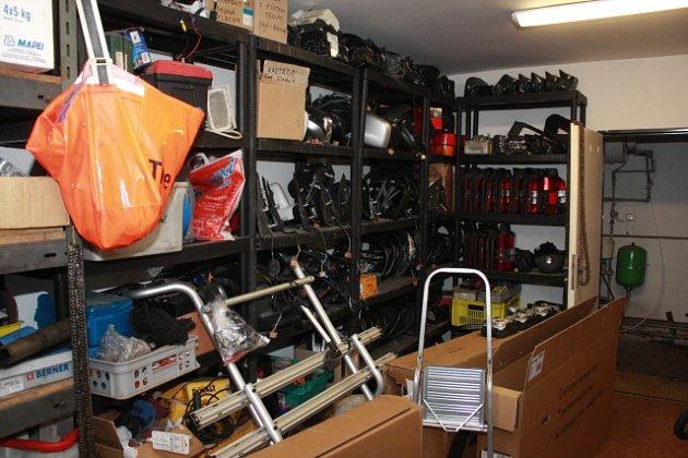Rozebrané součástky z ukradených automobilů.