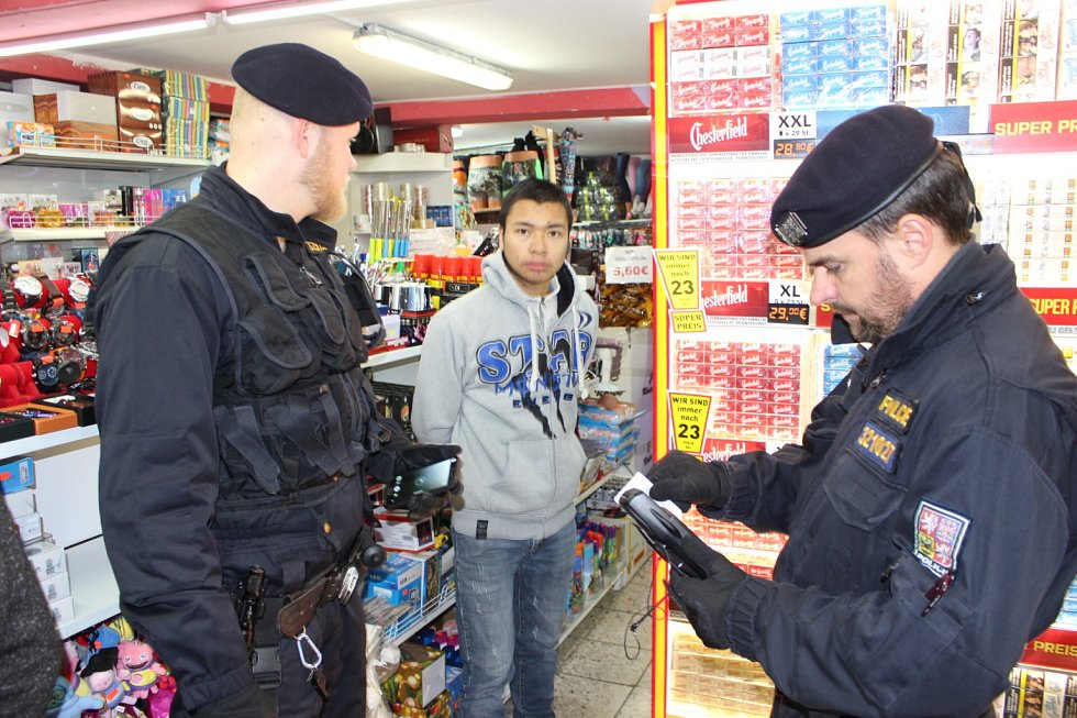 Preventivní policejní akce na tržnici v Potůčkách.