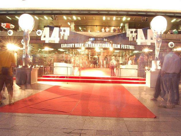 Ani o letošním filmovém festivalu nepřicházejí jeho návštěvníci o večerní a noční program a zábavu. Promenáda u Thermalu je totiž festivalovou hlavní avenue, ve dne i v noci.
