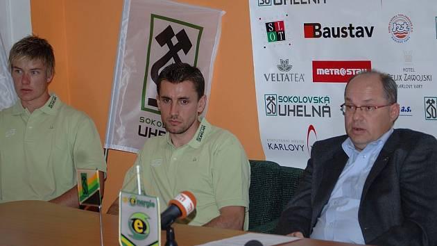 Mistrovský klub HC Energie oficiálně zahájil přípravu na novou sezonu a Miroslav Vaněk (vpravo) představil nové posily mužstva. V obraně budou nastupovat Martin Parýzek (vlevo) a David Hájek.