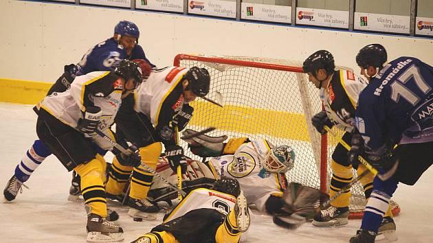 Hráči HC Mattoni dobývají branku gólmana Zajíce.