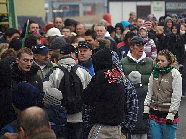 Kdo chtěl jít v neděli na hokej se Spartou,  musel si vystát zhruba stometrovou frontu na lístky.