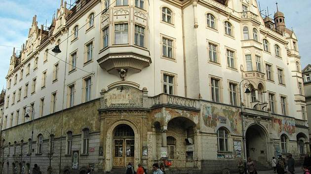Národní dům. Objekt v centru města řadu let chátrá. Jeho rekonstrukce je zatím v nedohlednu.