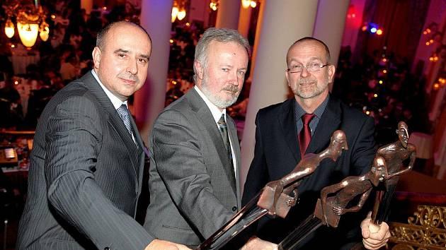 OSOBNOSTI. Toto ocenění získali zleva Michal Škoda, ředitel společnosti Hollandia, Zdeněk Perlinger, ředitel zemědělské školy v Dalovicích, a lékař Jiří Vlasák.