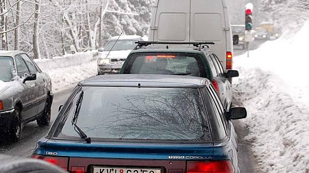 ZNOVU SEMAFORY. Provoz na silnici mezi Jáchymovem a Božím Darem budou opět řídit světelné semafory.