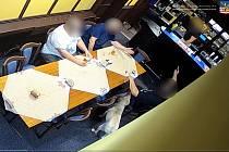 Se zbraní v ruce ohrožoval v baru několik lidí