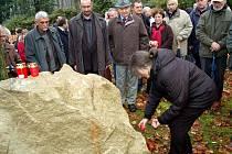 V Karlových Varech lidé zavzpomínali na disidenta a básníka Jindřicha Konečného. Tomu město odhalilo pamětní desku u hlavní pošty, kde Konečný během revolučního listopadu 1989 promlouval k lidem.