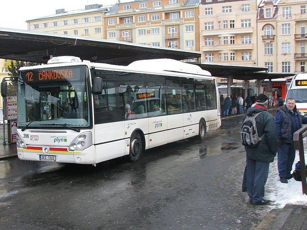 Autobusy se Sokolovské vyhnou. Od 10. ledna nebude osm linek MHD jezdit přes Sokolovskou ulici. Cestující na lince 12 však žádné změny trasy nečekají.