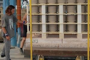 Výroba bude pokračovat. Karlovarskému porcelánu se podařilo zajistit pokračování dodávky elektřiny a zemního plynu do 6. října.