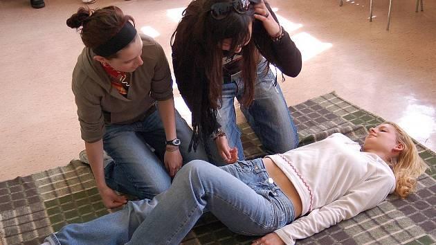 NÁZORNÝ NÁCVIK. Na některých školách v Karlových Varech pedagogové dbají na to, aby jejich studenti věděli o první pomoci maximum informací.