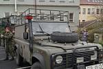 Vojáci nechali děti usednout i do armádních vozidel, která s sebou přivezli, mohly si osahat i zbraně.