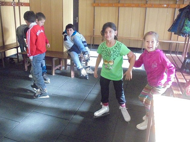 ČESKÝ ZÁPAD připravuje řadu akcí nejen pro dospělé z takzvaných sociálně vyloučených lokalit, ale také pro děti. Patřilo mezi ně i bruslení na zimním stadionu v Mariánských Lázních.